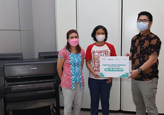 Canon Salurkan Donasi Program Lelang Foto Selembar Kebaikan ke Sahabat Anak